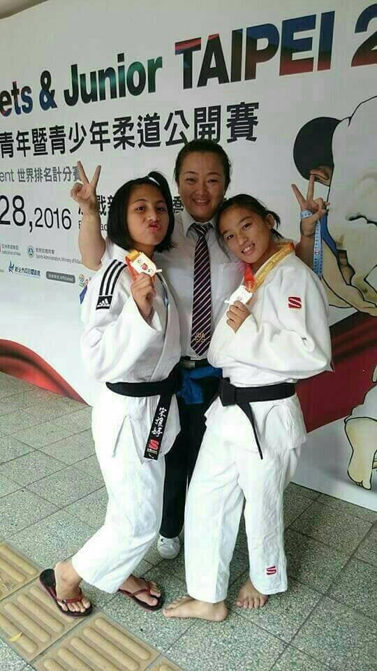 成德高中國中部宋雅婷(左1)二度獲得總統教育獎,中間為她的柔道教練張凱鳳。圖/市...