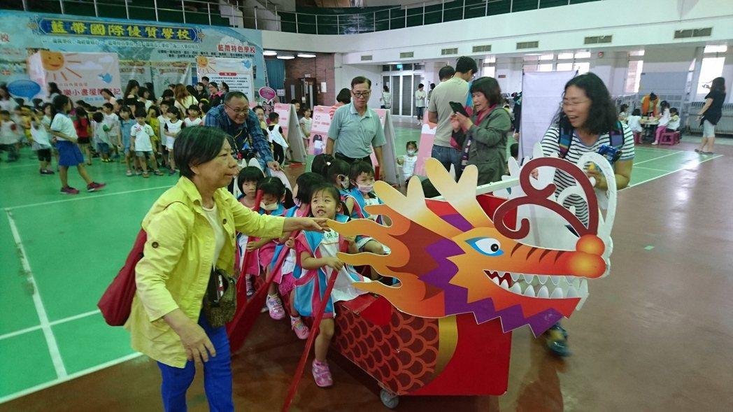 台南市體育處在龍舟競賽前舉辦娃娃慶端午活動,讓幼兒參加與端午節有關的體驗活動。記...