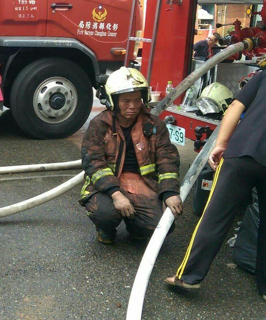 在惡臭中,近百名消防人員輪番搶救,埔鹽小隊長李宗淦在惡臭中仍一馬當先,救火救到吐...