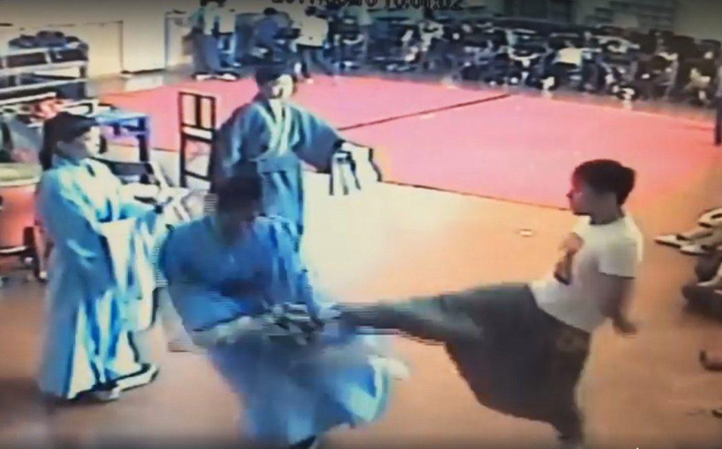台灣戲曲學院發生老師飛踢學生體罰事件。(翻攝影片畫面)