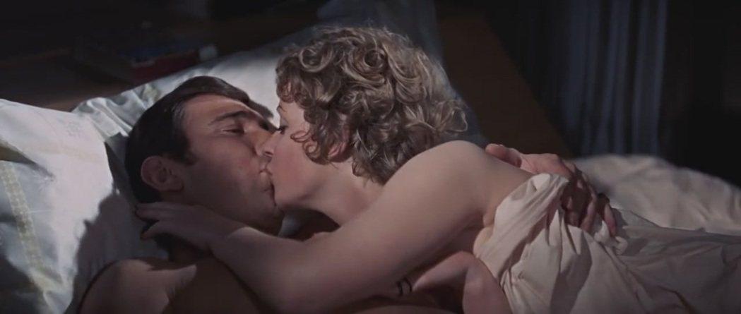 喬治拉贊貝在007片中與美女同床共枕,銀幕下更是豔福不淺。圖/摘自imdb