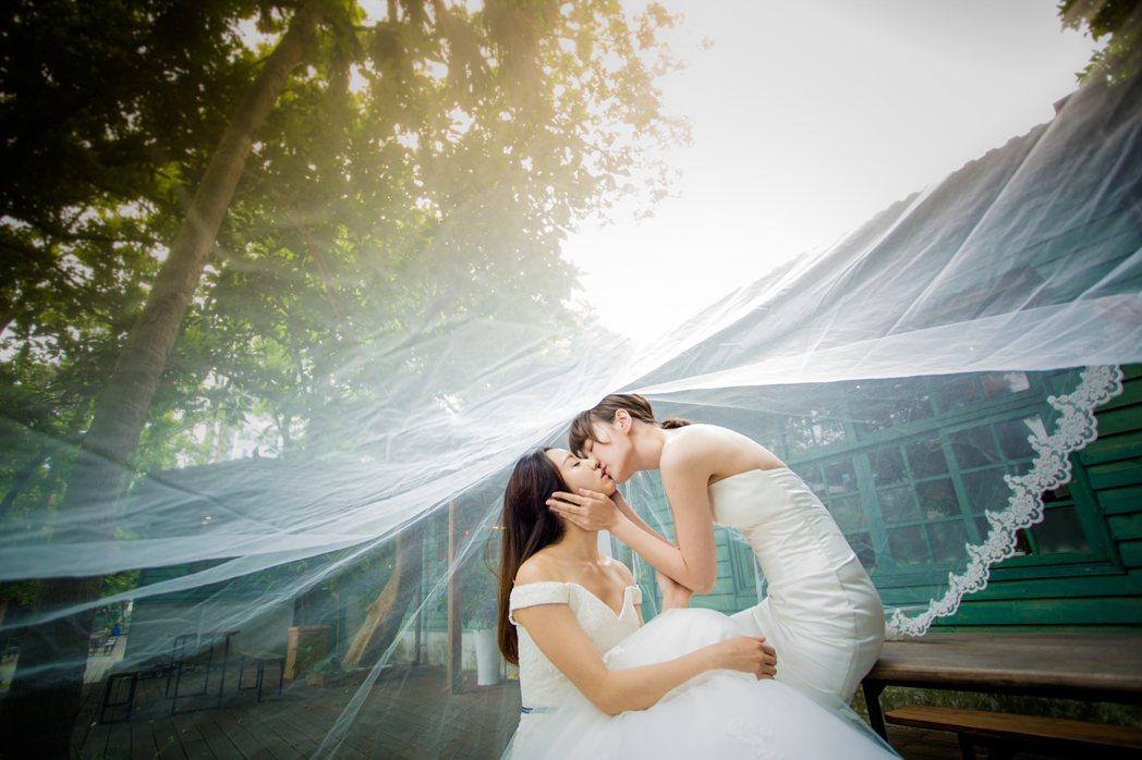 李京恬(右)、程茉演出「偽婚男女」,重現劇中婚紗親吻畫面。圖/同志尚典攝影工作站