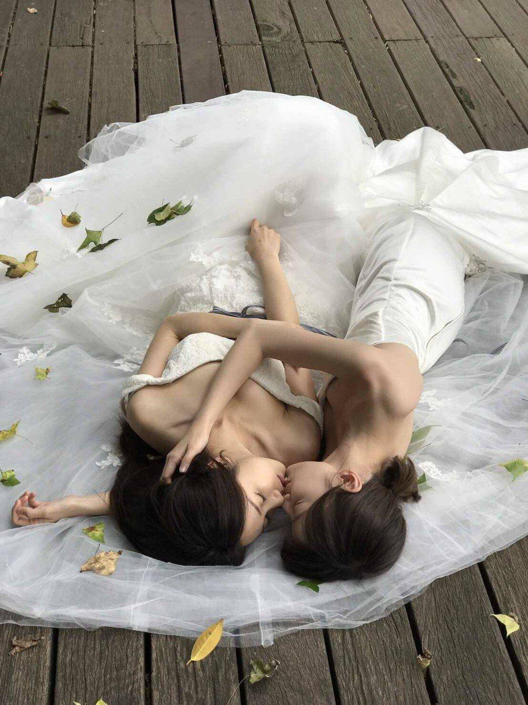 李京恬(右)、程茉演出「偽婚男女」,重現劇中婚紗親吻畫面。圖/同志尚典攝影工作站...
