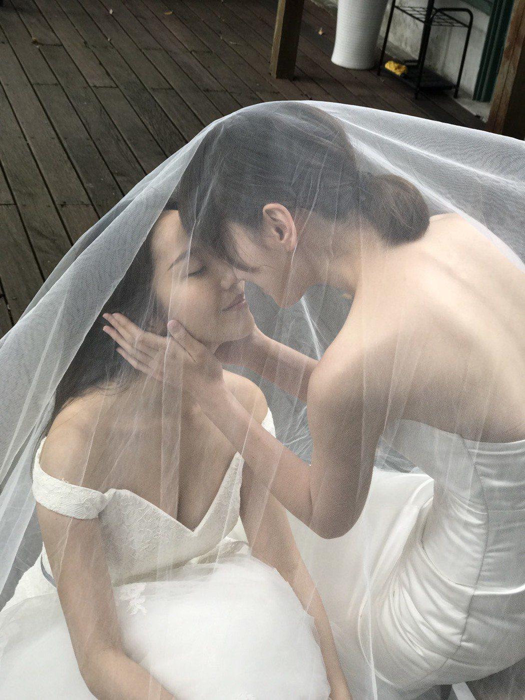 李京恬(右)、程茉演出「偽婚男女」重現劇中婚紗親吻畫面。圖/同志尚典攝影工作站提...