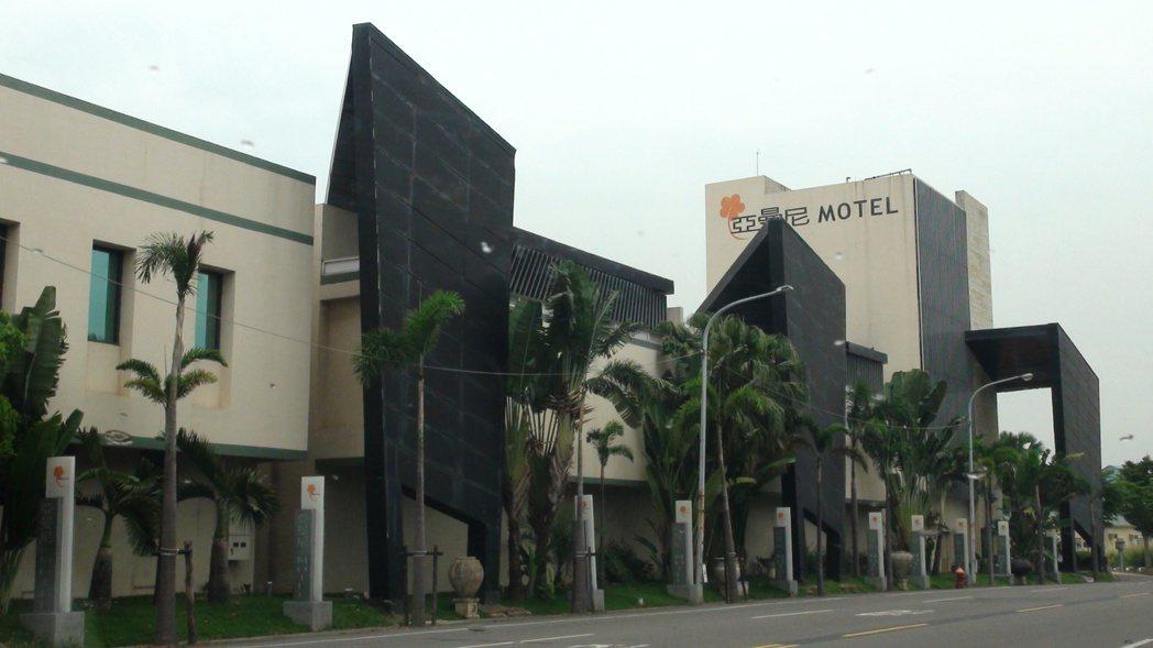 屢被警方查獲供租宿客人舉辦「毒趴」的亞曼尼汽車旅館,成為高市觀光局首間因涉毒撤銷...