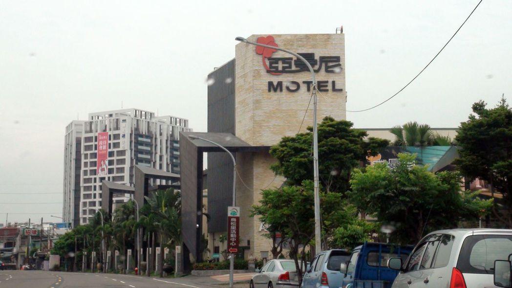 多次被查獲供租宿客人舉辦「毒趴」的亞曼尼汽車旅館,成為高市觀光局首間因涉毒撤銷營...
