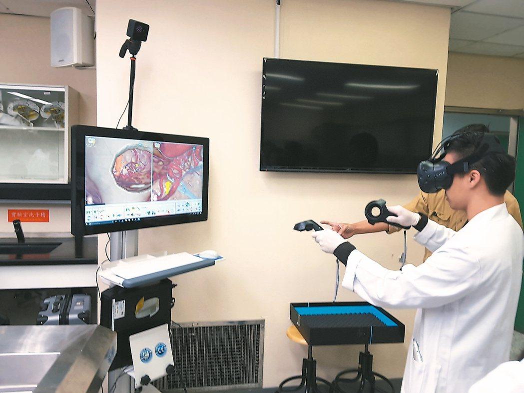 醫學生正使用頭戴顯示器與數據搖桿感受實境動脈瘤虛擬手術,在VR鏡頭裡看到的就和電...