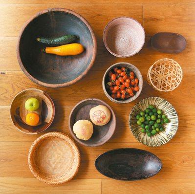 各種形貌尺寸的盆、籃與砵。 圖/葉怡蘭提供