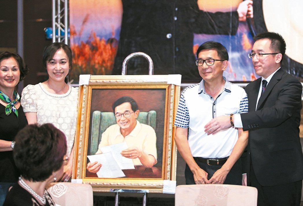 前總統陳水扁(右二)昨晚參加凱達格蘭基金會舉辦的感恩募款餐會,並拍賣畫作與購買者...
