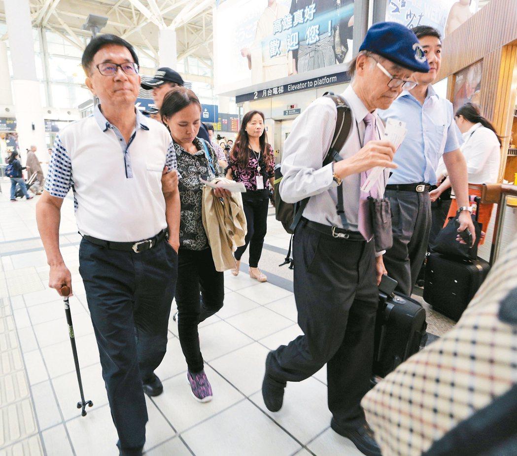 前總統陳水扁(左)昨天傍晚搭高鐵北上,面對提問沒表情。 記者劉學聖/攝影