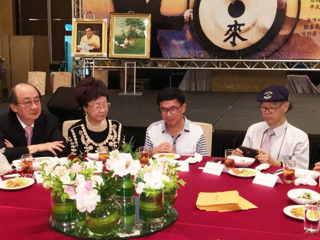 前總統陳水扁(右二)參加凱達格蘭基金會舉辦的12周年感恩募款餐會,踩到中監紅線,...