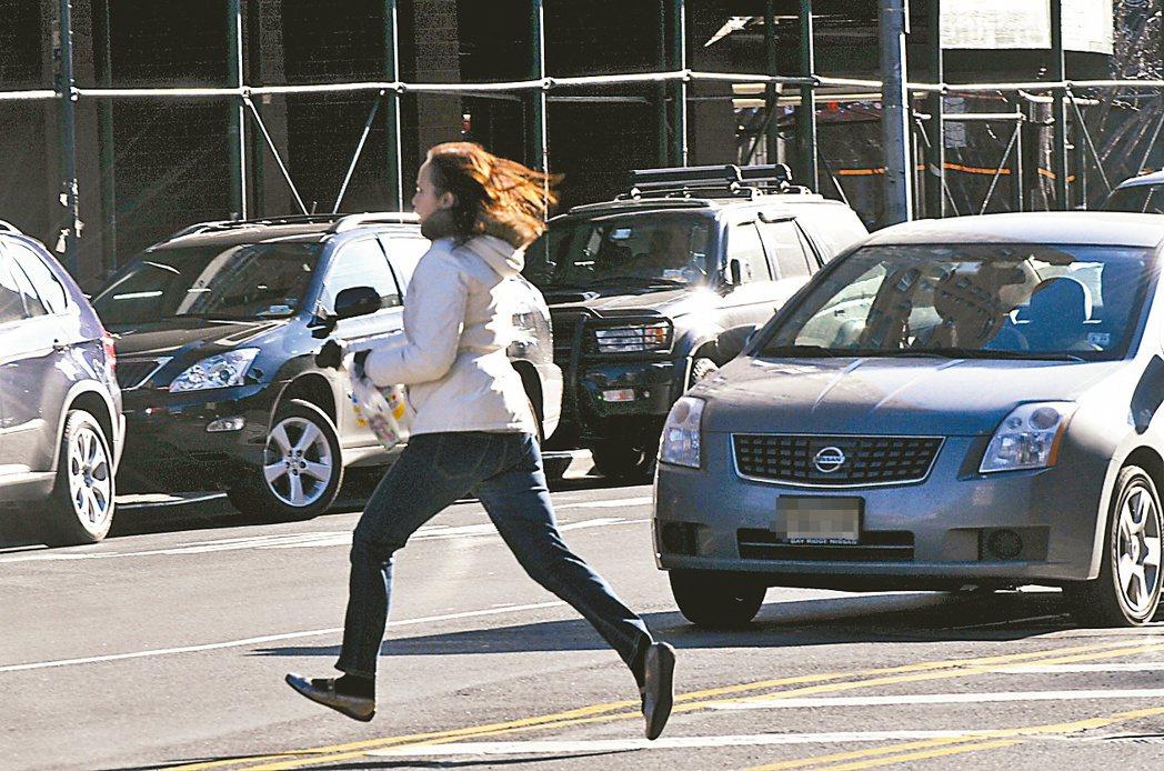 法院愈來愈重視路權,法官普遍認為行人應該遵守交通規則,不能侵犯別人的路權。 圖/...