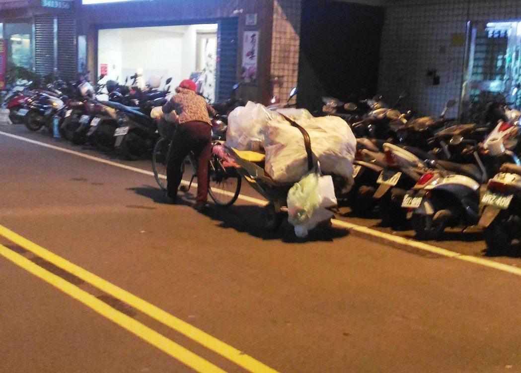 桃園市街道常見老人家牽著手推車「占用」一半車道、和汽機車爭道的現象。 圖/報系資...