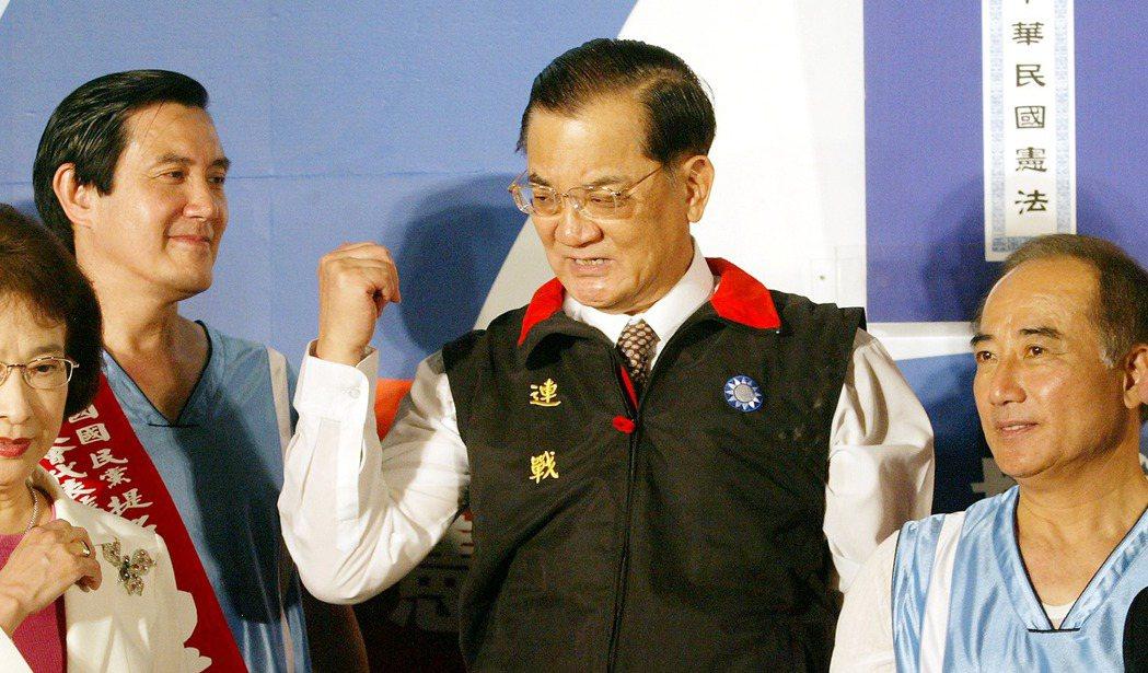 2005年國民黨主席選舉,由當時的台北市長馬英九(左)對上立法院長王金平(右)。...