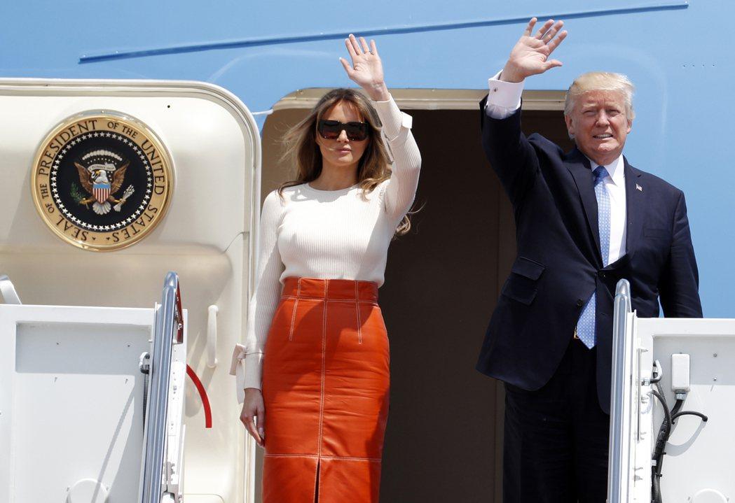 川普與第一夫人美蘭妮亞19日登上空軍一號,前往中東與歐洲訪問。 (美聯社)