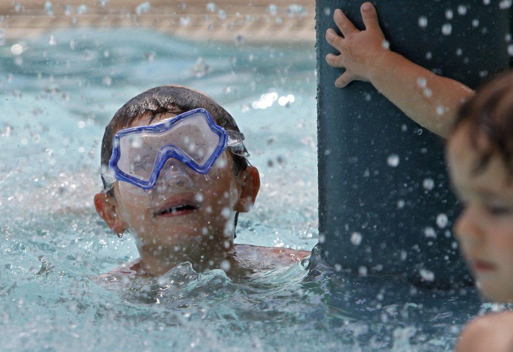 近年因游泳或戲水而感染痢疾的人數明顯增加,聯邦疾病防治中心呼籲民眾注意防範。(美...