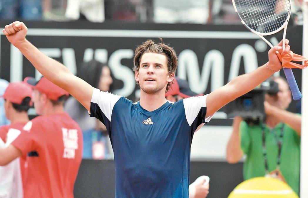 奧地利選手汀恩在羅馬名人賽8強賽以直落二爆冷擊敗納達爾,高舉雙手慶祝。 歐新社
