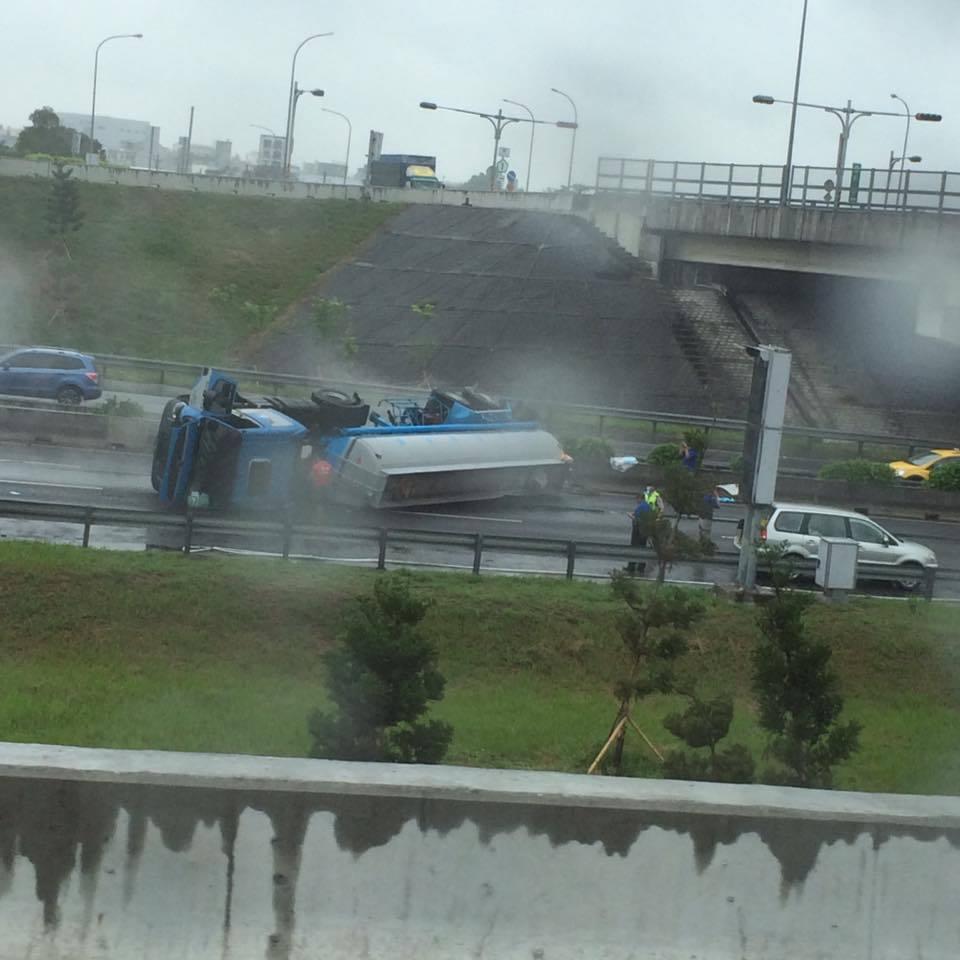 國道一號中山高速公路北上嘉義水上路段今天清晨5時多,載運鹽酸的化學槽車翻覆,現場...