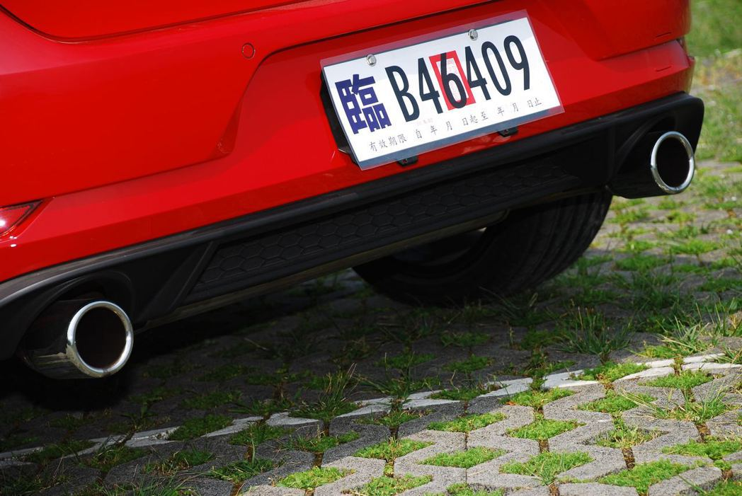 Golf GTI雙出排氣尾管。記者林昱丞/攝影