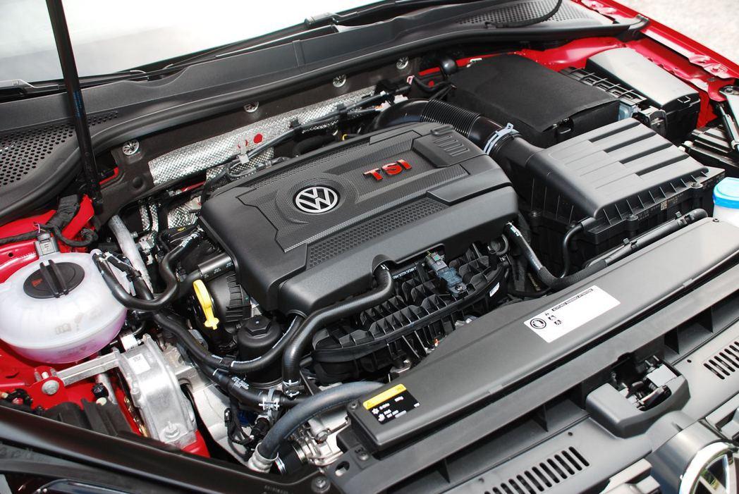 Golf GTI搭載2.0升引擎,動力輸出比上代多了10hp,來到230hp。記者林昱丞/攝影