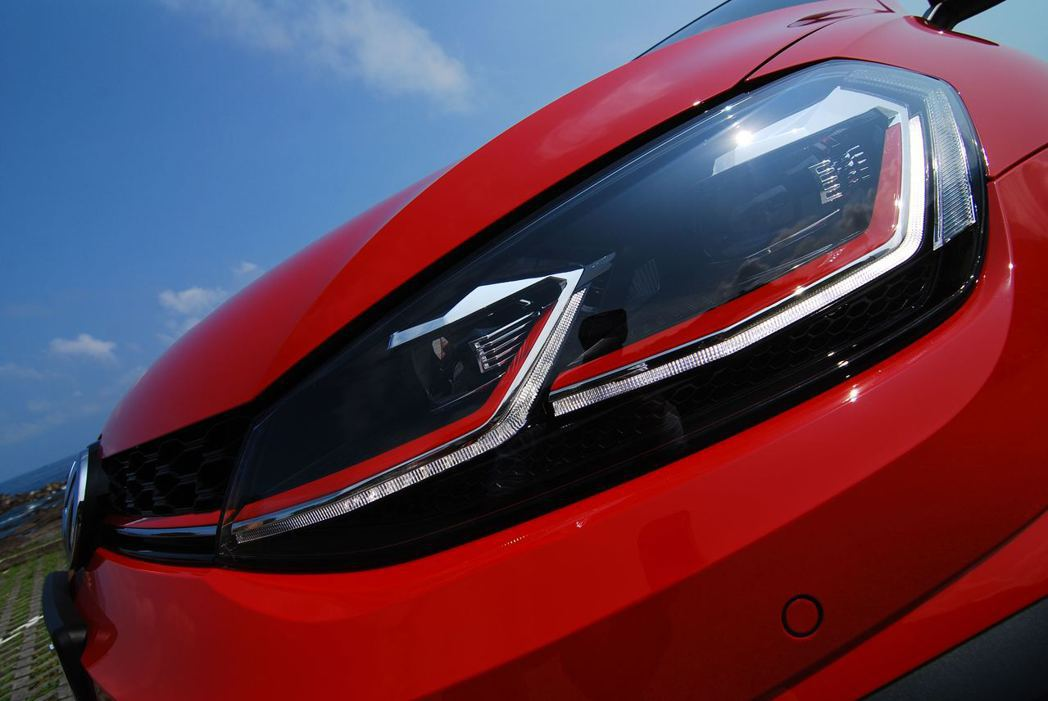 Golf GTI搭載LED頭燈。記者林昱丞/攝影