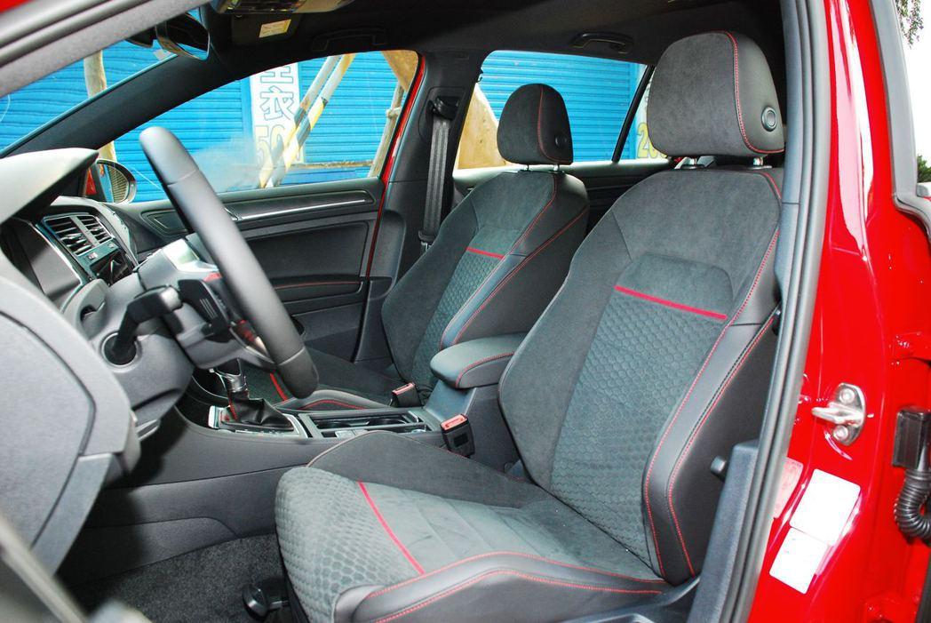 菱格紋設計搭配紅色車縫線座椅。記者林昱丞/攝影