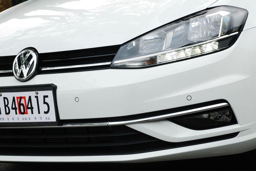 Golf 230 TSI Comfortline使用鹵素燈泡作為頭燈。記者林昱丞...
