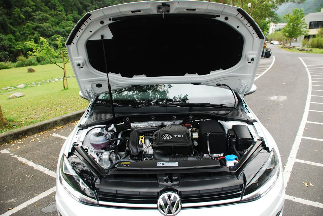 Golf 230 TSI Comfortline搭載1.0升三缸渦輪增壓汽油引擎。記者林昱丞/攝影