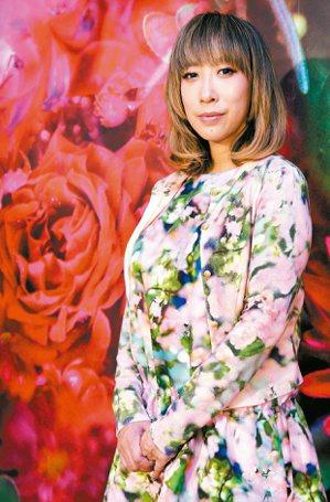 圖為去年蜷川實花身穿自己設計的花朵風洋裝來台辦個展。聯合報資料照片/記者侯永全攝...