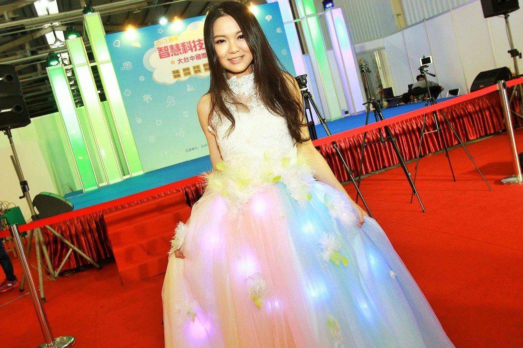 傳統婚紗鑲鑽或珍珠,七年級「創克」劉宣彤改以LED燈鑲嵌,她所設計的科技婚紗不僅...