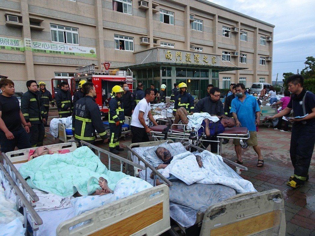 屏東恆春南門護理之家19日清晨近5時許發生火警,消防隊將長者疏散到室外並送醫。 ...