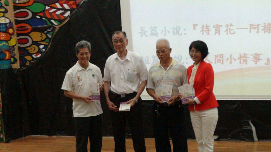王瓊玲(右1)新書「人間小情事」發表會上,特別邀請當年的公車司機與會。記者謝恩得...