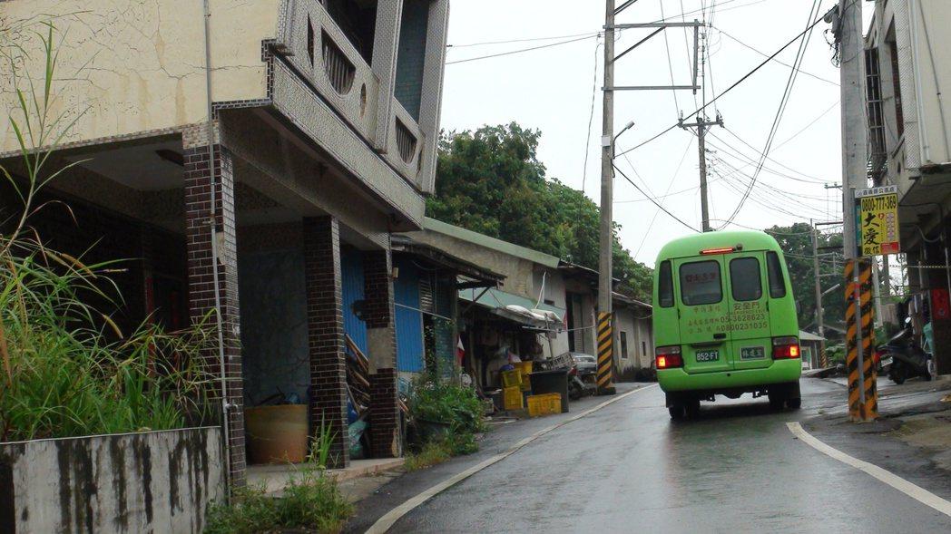 106線上的公車早年是大型客車,目前改用中型巴士。記者謝恩得/攝影