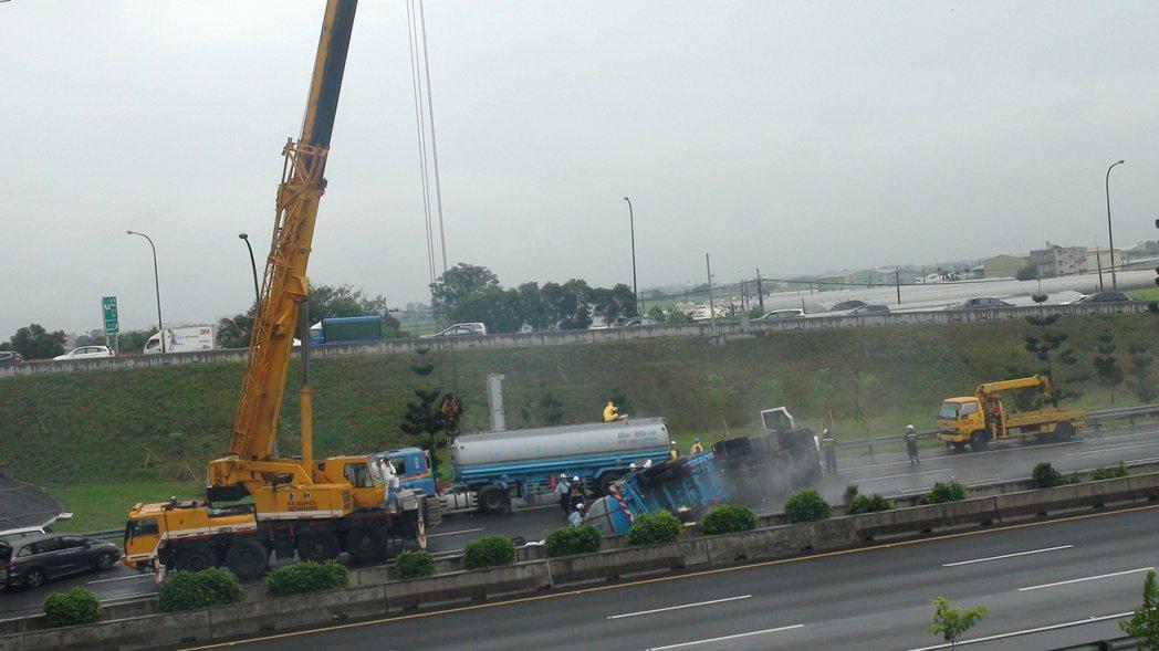 中山高水上交道鹽酸車翻覆,北上交通受阻。記者謝恩得/攝影
