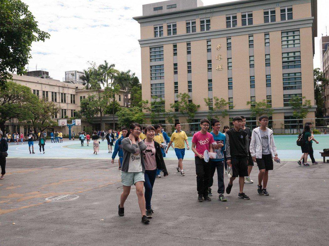 國中會考社會科結束,考生一一返回休息區準備下一科。記者林良齊/攝影