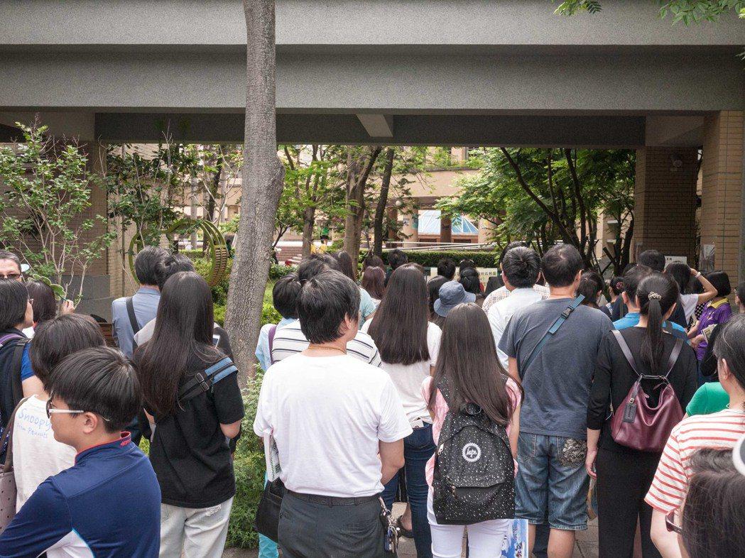 國中會考社會科結束,許多家長都在考場外面等候考生。記者林良齊/攝影