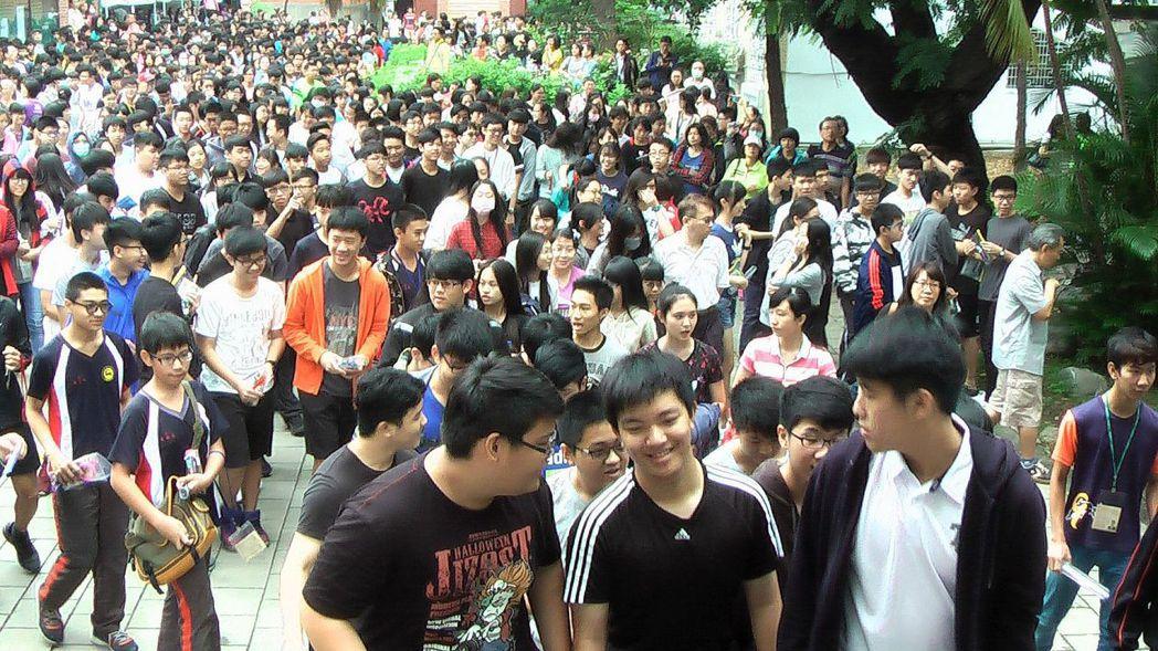 106年國中教育會考開考,雄中考場學生入場應試。記者徐如宜/攝影