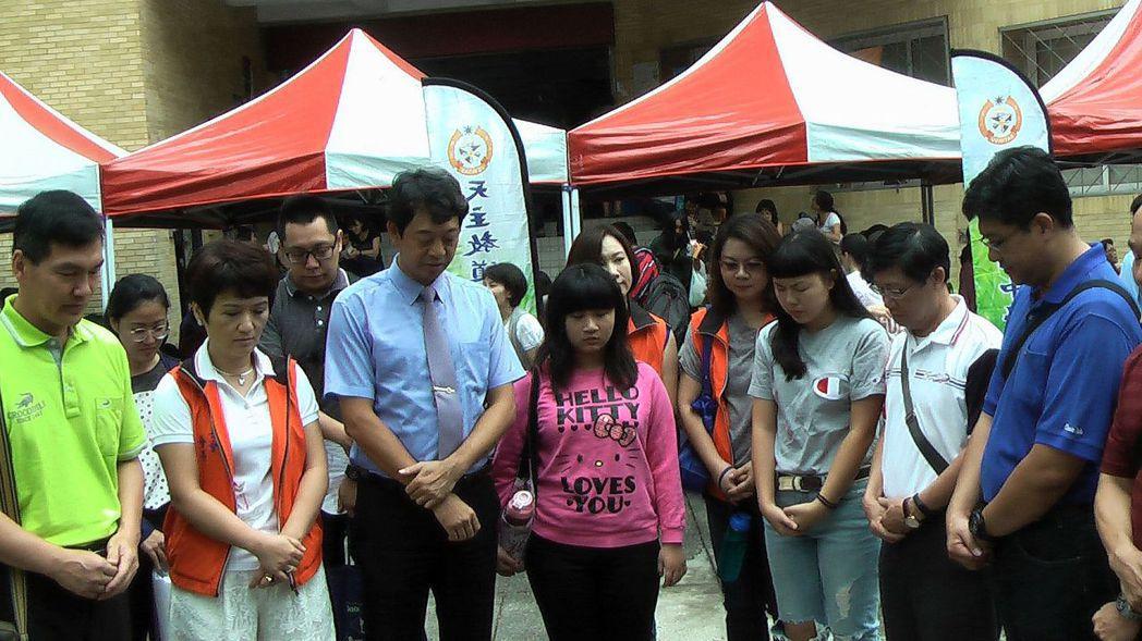 高雄道明中學師生在考場為考生禱告,一切順利。記者徐如宜/攝影
