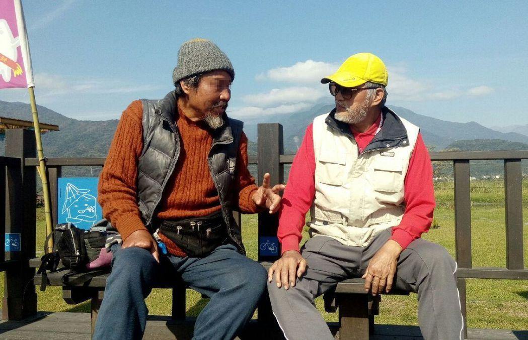 劉姓阿公(右)去年參與「低頭能見到美好」環島旅行,開心與其他遊客在台東鹿野聊天。...