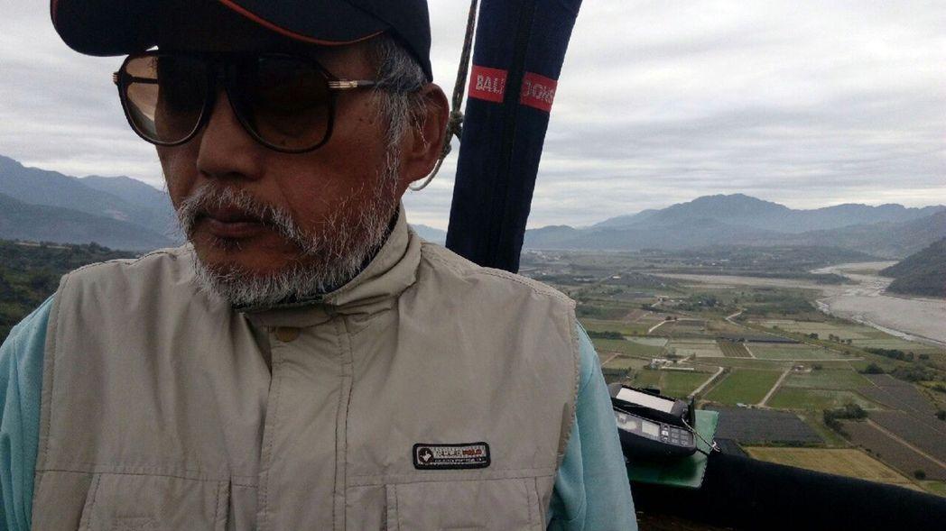 劉姓阿公(右)去年參與「低頭能見到美好」環島旅行,開心乘著高空熱氣球,俯瞰花東縱...