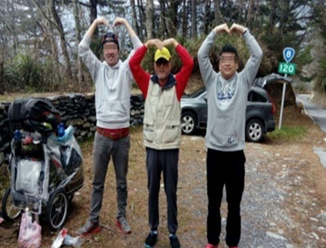 劉姓阿公(中)去年參與「低頭能見到美好」環島旅行,開心與2名年輕人一起比出大愛心...