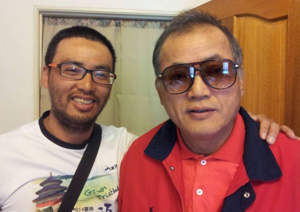 劉姓阿公(右)的二兒子(左)去年安排「低頭能見到美好」環島旅行為,陪著老父重拾美...