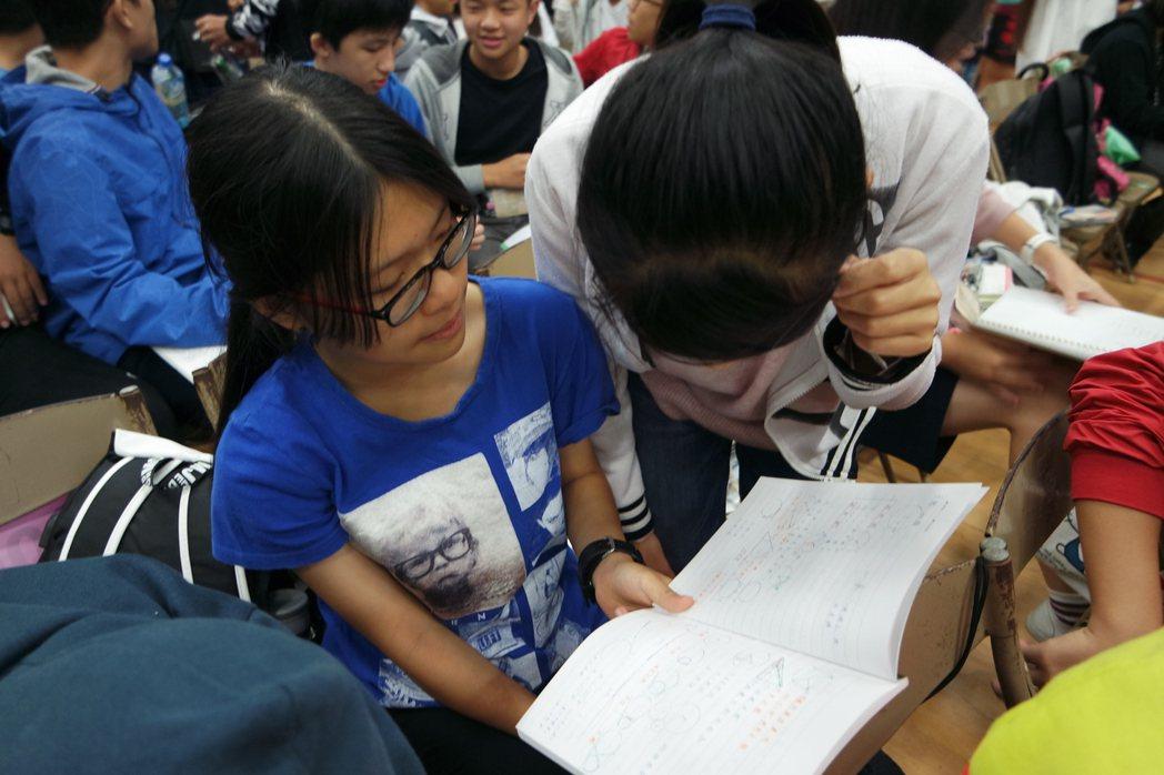 國中會考今登場,學生們把握時間溫書。記者王思慧/攝影