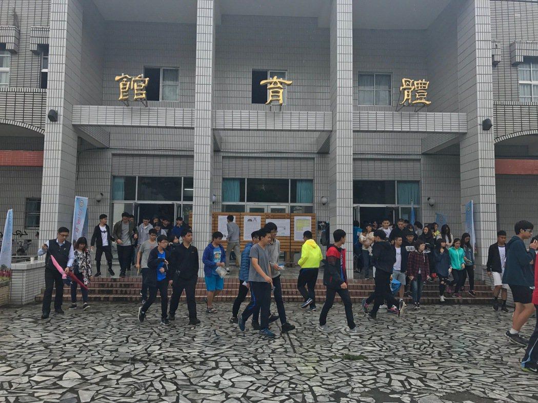 今年會考花蓮區由花蓮女中主辦,學生聽到鈴聲響從體育館趕往試場。記者王思慧/攝影
