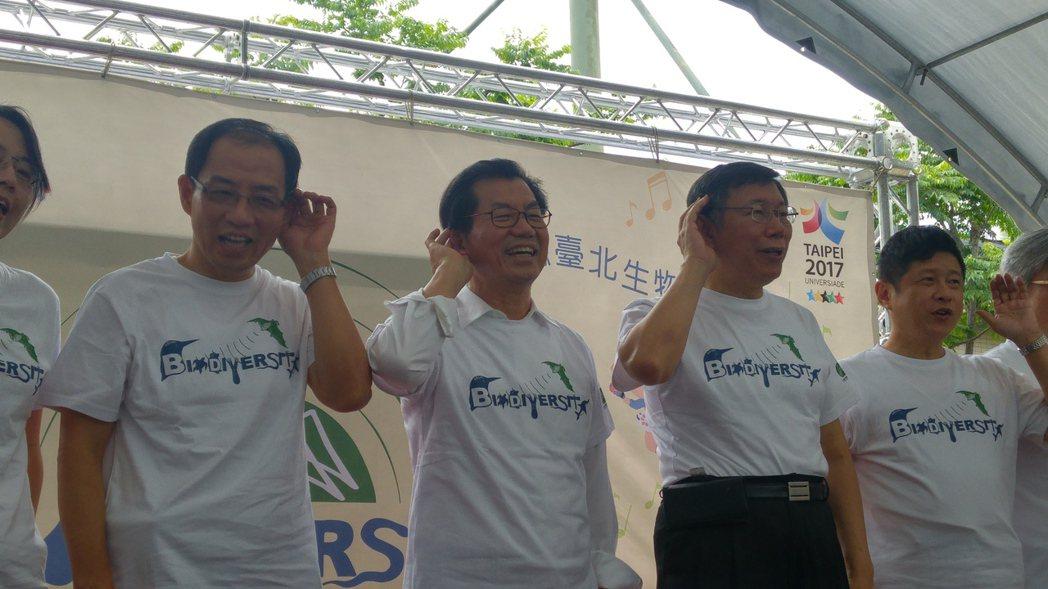 環保署長李應元(左二)上午與台北市長柯文哲同台。記者莊琇閔/攝影