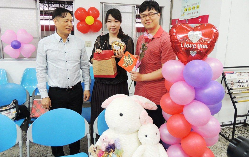 台東市戶政事務所主任張建成(左)恭喜及祝福每對新人婚姻生活幸福美滿,也贈送每對新...