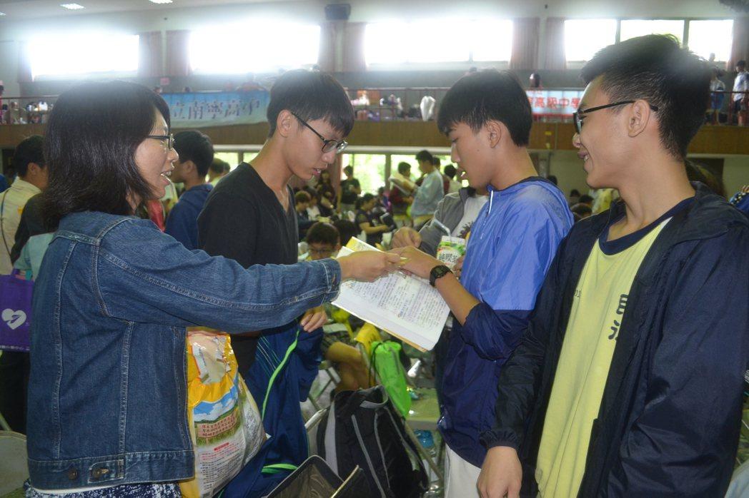 台南市民德國中在考完社會科後,發餅乾給學生,補充體力。記者鄭惠仁/攝影