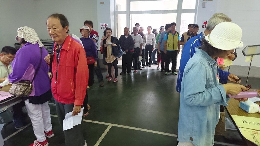 國民黨主席選舉競爭劇烈,台東各地一早就出現排隊投票人龍。 記者羅紹平/攝影