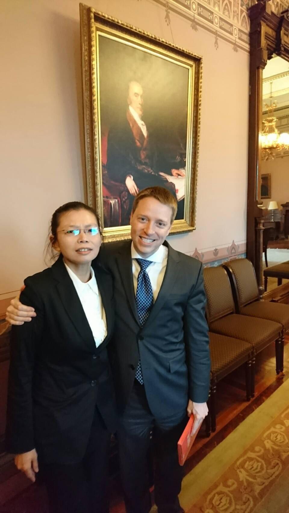 台灣NGO工作者李明哲遭中國大陸拘留,其妻李凈瑜(左)19日赴美國白宮會晤國安會...
