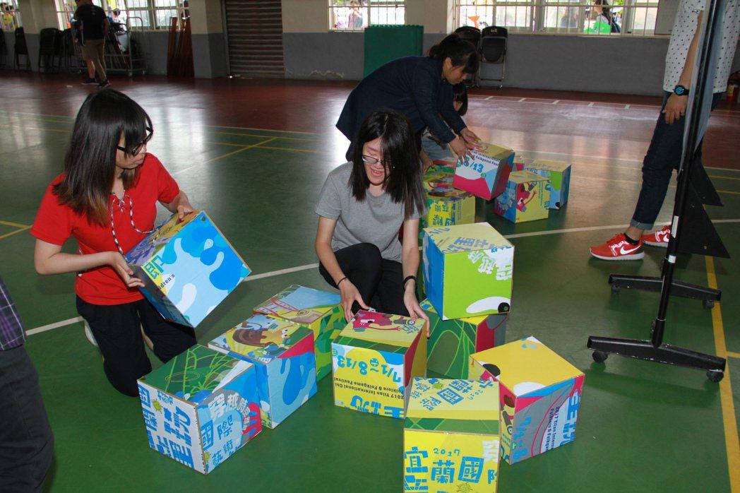 宜蘭童玩節今天招考工讀生,體能測驗要考拼圖。記者羅建旺/攝影